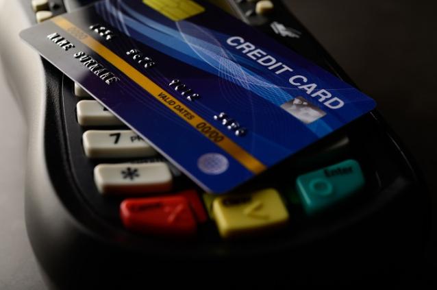 Фото В Кирове женщина нашла на улице чужую банковскую карту и расплачивалась ей в магазинах