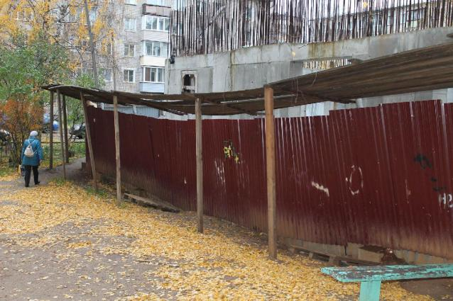 Фото В Кирове девочка упала с четвертого этажа заброшенного здания КВАТУ