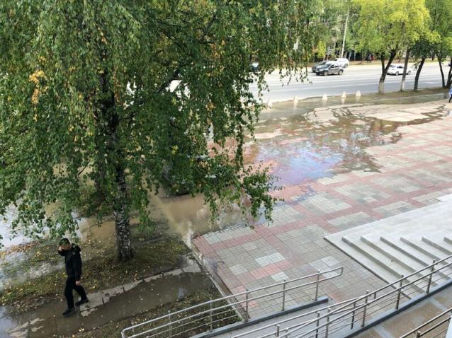 Фото В Сыктывкаре залило Октябрьский проспект из-за аварии на сетях «Водоканала»
