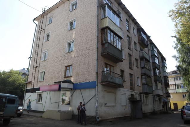 Фото В Кирове жители дома на Воровского жалуются на нашествие мух и отсутствие горячей воды