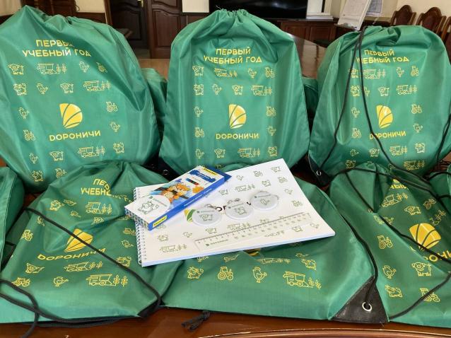 Фото В первый класс с яркими эмоциями. Первоклассники получили подарки от агрохолдинга «Дороничи»