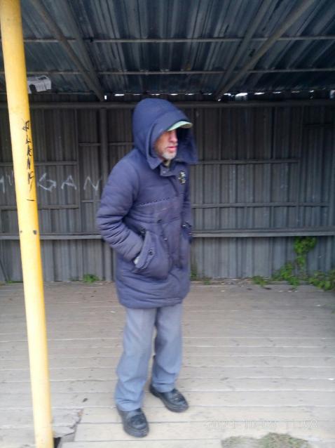Фото В Ухте на автобусной остановке обитает бездомный мужчина