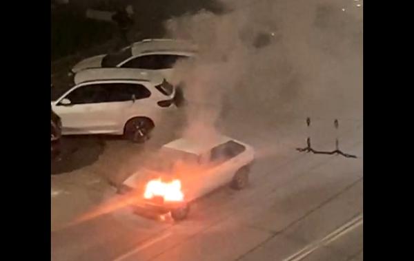 Фото В центре Кирова тушили горящий автомобиль