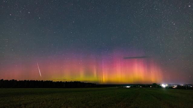 Фото В Кировской области наблюдали метеор на фоне полярного сияния