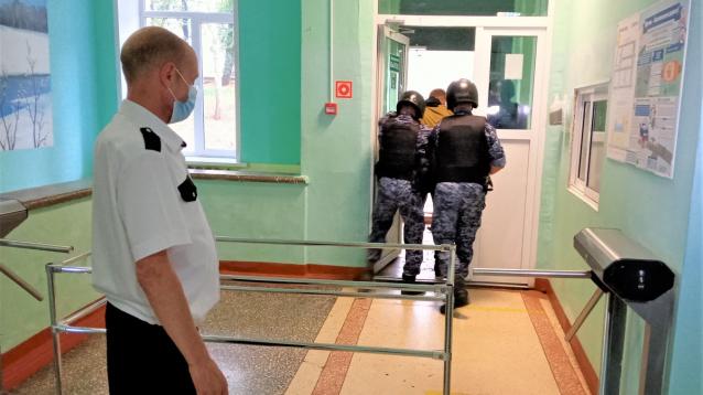 Фото В Кирове сотрудники Росгвардии проверили безопасность школ
