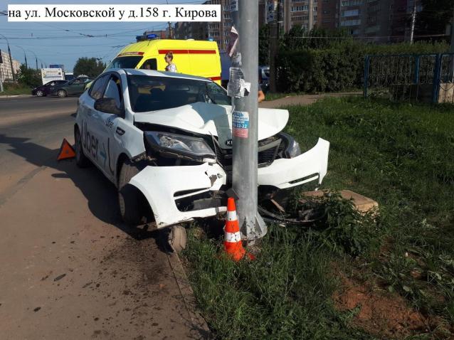 Фото Такси врезалось в светофор на перекрестке Московской и Строителей