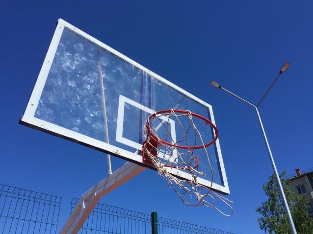 Фото В столице Коми вандалы испортили новую баскетбольную площадку