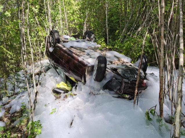 Фото На трассе в Коми пожилая автоледи опрокинула машину в кювет