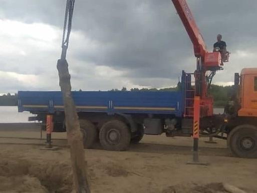 Фото В Кирове с помощью крана подняли 2-тонный якорь, который нашёл житель города у пляжа «Титаник»