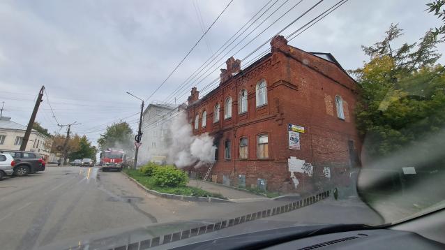 Фото В  центре Кирова горит старинное здание