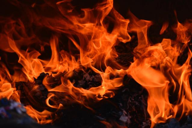 Фото В Сыктывкаре 9 огнеборцев тушили коляску
