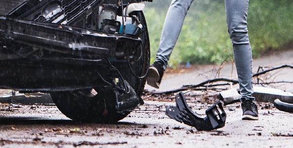 Фото В Кирове пьяный мужчина повредил ногами два автомобиля