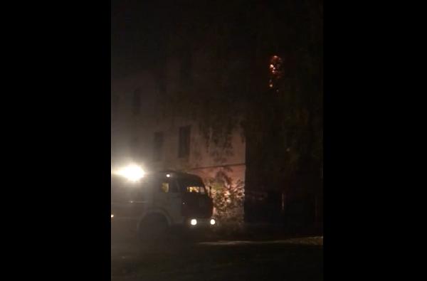 Фото В Кирове загорелось заброшенное здание бывшего психдиспансера за ЖК «Алые паруса»
