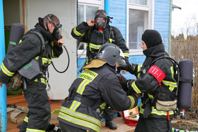 Фото В Коми у пожарных урезали зарплаты