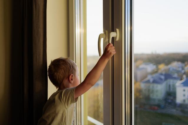 Фото В Слободском из окна дома выпал 2-летний ребёнок