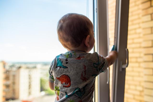 Фото «Отец спал». В Кирове спасли двухлетнего ребёнка, который едва не выпал с четвёртого этажа