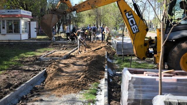 Фото В Сыктывкаре ремонт тротуара у «Дома быта» завершат в октябре