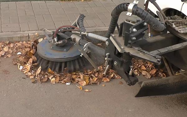 Фото В Кирове на осеннюю уборку вывели 50 единиц спецтехники