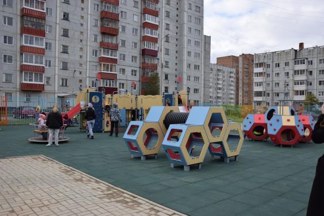 Фото В Ухте на проспекте Ленина после ремонта открыли детскую площадку