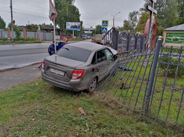 Фото ДТП возле храма в Сыктывкаре: «Лада» врезалась в забор