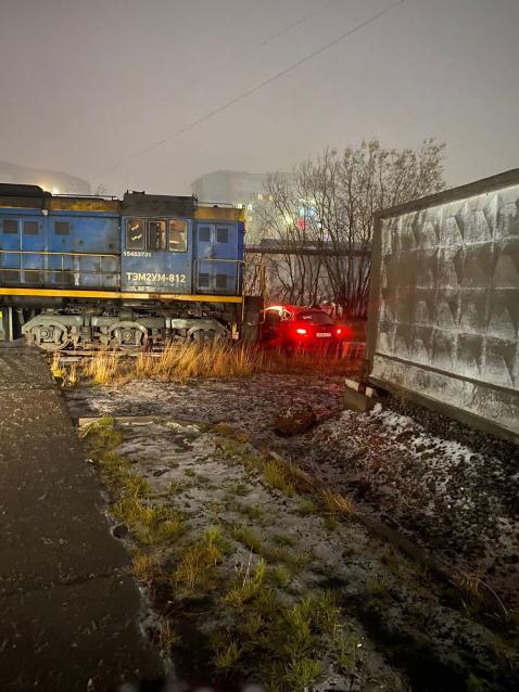 Фото На железной дороге в Коми тепловоз протаранил иномарку